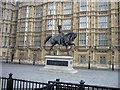 TQ3079 : Houses of Parliament &amp; Statue by Dave Hunt