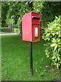 SJ8078 : Elizabeth II postbox on Faulkner's Lane by JThomas
