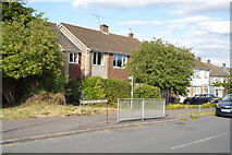 SU8594 : Footpath off Hithercroft Rd by N Chadwick
