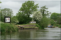 ST6968 : Entrance to Swineford Lock by Pierre Terre