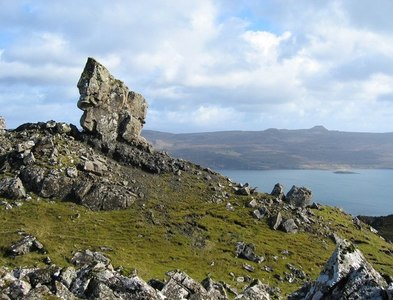 NG5141 : Outcrop on east side of Ben Tianavaig by John Allan