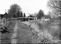 SU3468 : Footbridge to Hungerford Station, Kennet and Avon Canal by Dr Neil Clifton