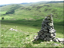 NT2822 : Cairn on hillside above Altrieve by Chris Wimbush
