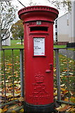 SE1437 : Elizabeth II Postbox, Wycliffe Gardens by Mark Anderson