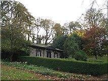NT2674 : Cottage, London Road by Richard Webb
