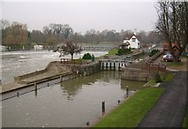 SU5980 : The weir and canal lock, Goring on Thames by Kurt C