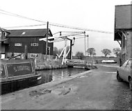 SJ5848 : Wrenbury Lift Bridge 20, Llangollen Canal by Dr Neil Clifton
