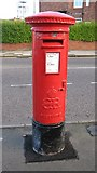 NZ2660 : Edward VIII postbox, Southend Road by Mike Quinn