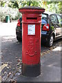 NZ2565 : Edward VII postbox, Granville Road by Mike Quinn