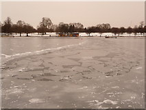 TQ2780 : Hyde Park: patchy ice on the Serpentine by Chris Downer