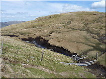 NN6544 : Peat hags and fencing at the Lairig Innein by Richard Law