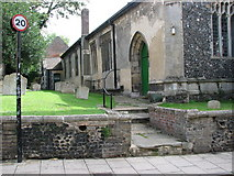 TL8683 : St Peter's church in Thetford - churchyard by Evelyn Simak