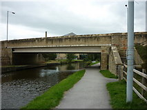 SE1437 : Walking along the Leeds to Liverpool Canal #152 by Ian S