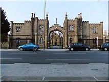 TQ1875 : Hickey's Almshouses, Sheen Road, Richmond: gatehouse and chapel by Stefan Czapski