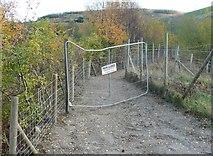 SE1020 : Closed footpath, Elland by Humphrey Bolton