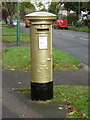 TQ2963 : Wallington: postbox № SM6 152, Foresters Drive by Chris Downer