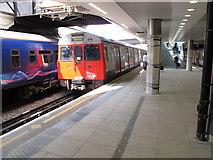 TQ2681 : Circle line train at Hammersmith and City platform, Paddington by David Hawgood