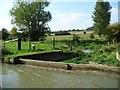 SU2865 : Overflow weir, north-west bank, Kennet & Avon canal by Christine Johnstone