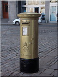NJ9406 : Aberdeen: postbox № AB11 127, Castlegate by Chris Downer