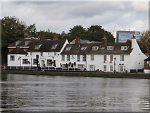 TQ1977 : The Bull's Head, Chiswick by Richard Rogerson