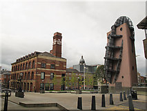 SE2934 : Contrasting structures, Leeds by Stephen Craven