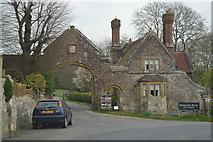 TQ5243 : Gate House and Gateway, Penshurst Place by N Chadwick