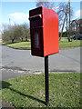 TL0129 : Elizabeth II postbox on Harlington Road, Toddington by JThomas