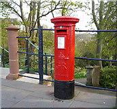 NT9953 : Elizabeth II postbox outside Berwick-upon-Tweed Railway Station by JThomas