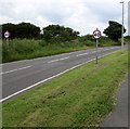 SS0798 : End of the 30 zone at the eastern edge of Manorbier by Jaggery