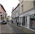 SO0428 : Narrow High Street, Brecon by Jaggery