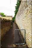 SU2199 : Lane off Sherborne Street, Lechlade-on-Thames, Glos by P L Chadwick