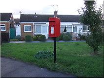TM5286 : Elizabeth II postbox on Lloyds Avenue, Kessingland by JThomas