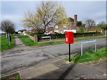 SS8178 : Queen Elizabeth II postbox on a Nottage corner, Porthcawl by Jaggery