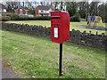 ST3092 : Queen Elizabeth II postbox, Cory Park, Llantarnam, Cwmbran by Jaggery