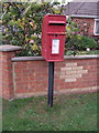 TF6736 : Elizabeth II postbox on Lamsey Lane, Heacham by JThomas