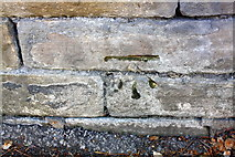 SE1537 : Benchmark on wall of Carr Lane by Roger Templeman