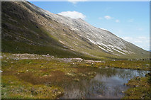 NG9459 : Pool by the Coire Dubh Mòr path by Julian Paren