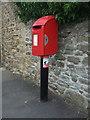 NZ1131 : Elizabeth II postbox on Saunders Avenue, Hamsterley by JThomas