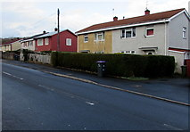 ST2896 : Metal-framed houses in Cwmbran by Jaggery