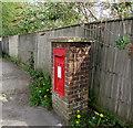 SU4866 : Queen Elizabeth II postbox, Hambridge Road, Newbury by Jaggery