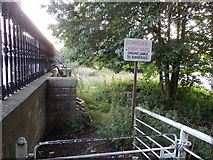 NS5864 : Unstable river bank, Gorbals, Glasgow by Rudi Winter