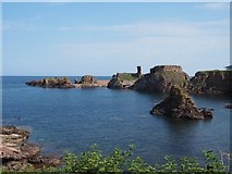 NT6779 : The Doo Rock and Dunbar Castle by Jennifer Petrie