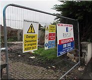 ST3090 : Notices on a temporary fence, Pillmawr Road, Malpas, Newport by Jaggery