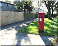 ST0169 : Queen Elizabeth II pillarbox, Cowbridge Road, St Athan by Jaggery