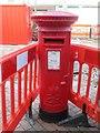 SJ1875 : Elizabeth II pillar box, Holywell by Meirion