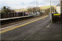 SS7597 : Yellow line near the platform edge, Neath station by Jaggery