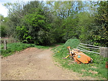 SO9875 : Start of footpath from Beacon Farm into Beacon Woods by Roy Hughes