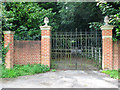 TG0124 : Gate at entrance to Twyford House by Evelyn Simak