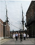 SU6200 : Visitors travelling between HMS Victory and the DRSO Building by Basher Eyre