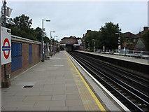 TQ1090 : Northwood Hills tube station, Northbound platform by Oxyman
